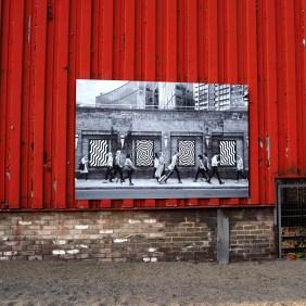 Jordan Seilers Foto auf roter Wand.