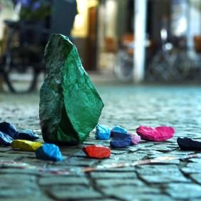 Grüner Stein und kleine Bunte