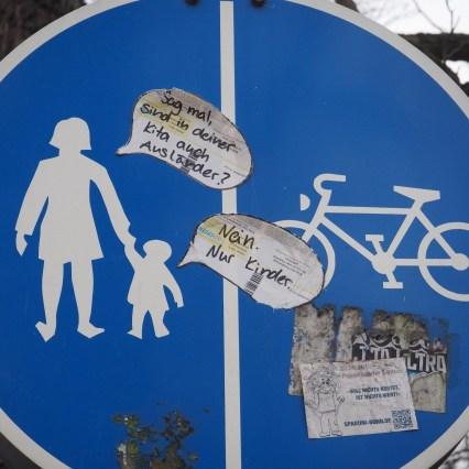 Verkehrsschild Ausländer in der Kita