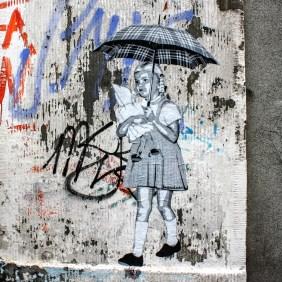 ein Mädchen mit eine Regenschirm