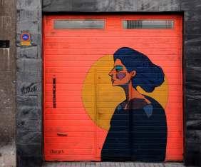 eine Frau steht vor einem Vollmond und rotem Hintergrund