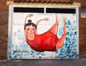 eine Schwimmerin im roten Badeanzug