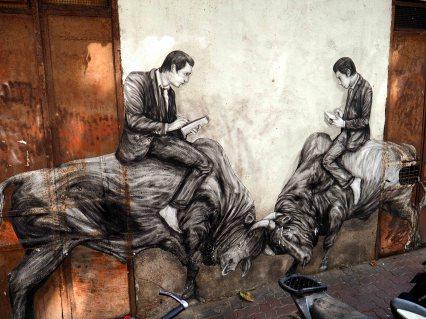 Zwei Männer sitzen auf Stieren und lesen dabei