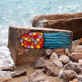bemalter Stein im Meer