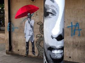 Mann mit rotem Schirm