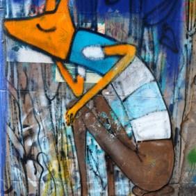 Fuchs sitzt und träumt