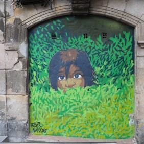 Kind im grünen Gras