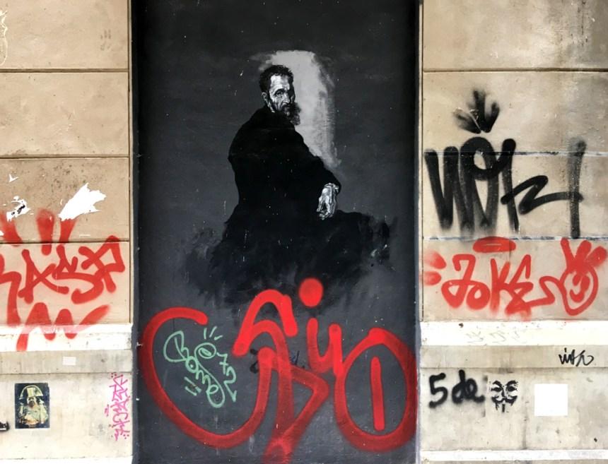 das Portrait eines älteren Herren mit roten Graffiti