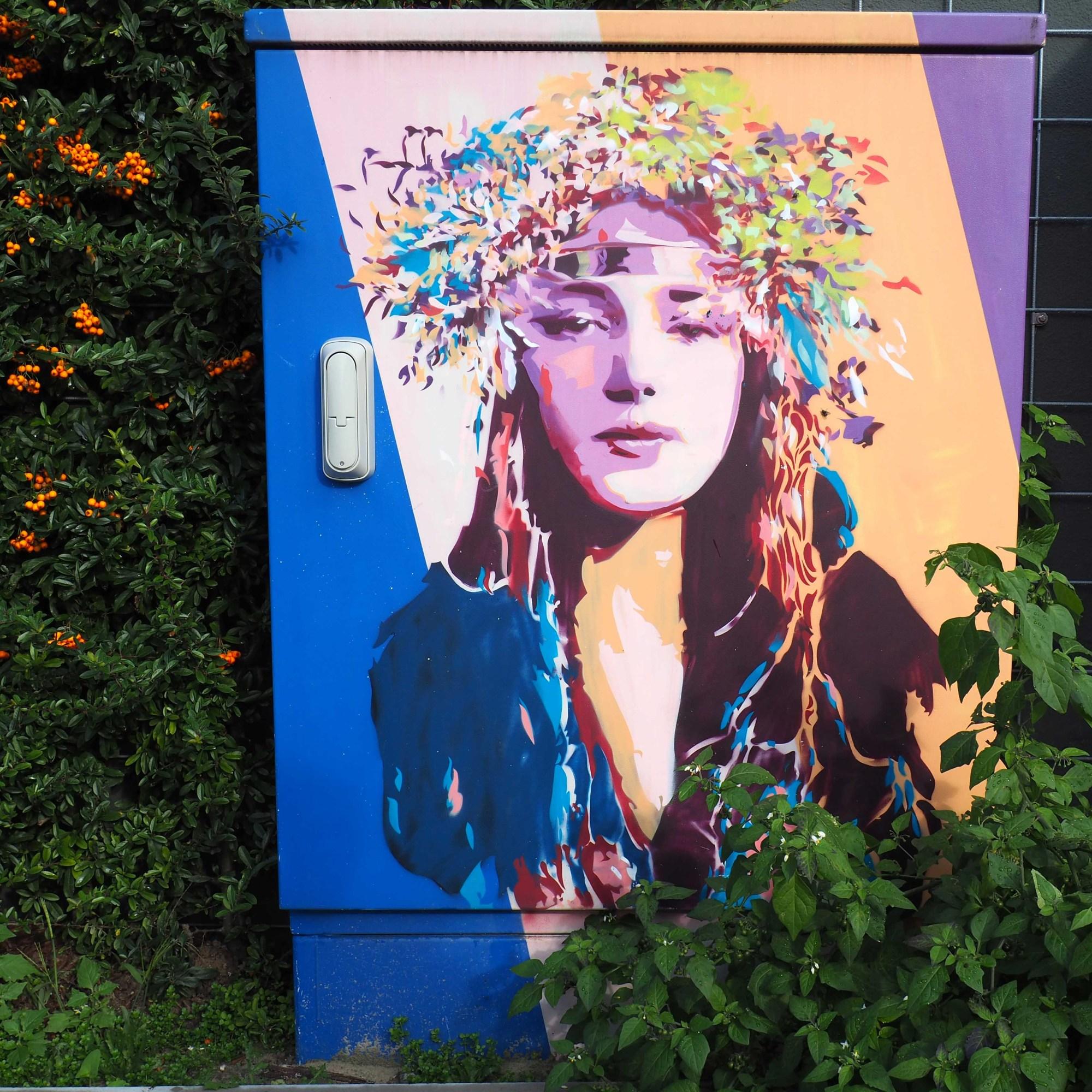 Frau mit Blumenkranz