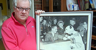 Murray Rowlands with famous picture.