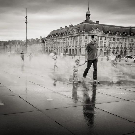 Jeux d'eau au miroir d'eau de Bordeaux
