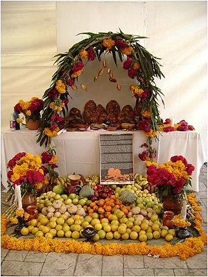 Español: tradicional ofrenda del dia de los mu...