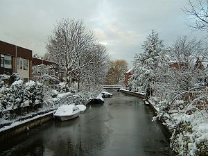 English: A Dutch canal in winter. Français : U...