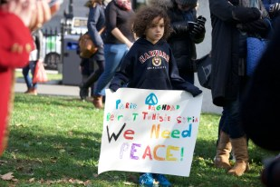 November 15, 2015, BOSTON – Americans from all over Boston city, along with people of France who are currently working in America, were together found mourning, at a vigil that took place at noon, on Sunday, on the Boston Common. Photograph by Shraddha Gupta.