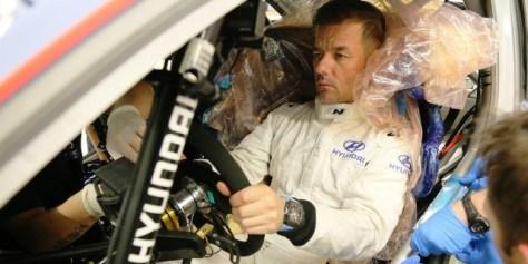 Себастьен Лёб проходит подгонку сиденья в Hyundai i20 Coupe WRC