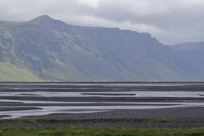 Sander und Bergkette an der Südwestküste Islands