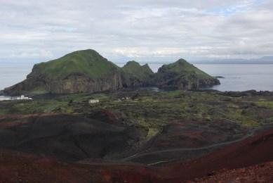 Blick vom Eldfell Richtung Norden (Hafeneinfahrt, am Horizont das Festland)