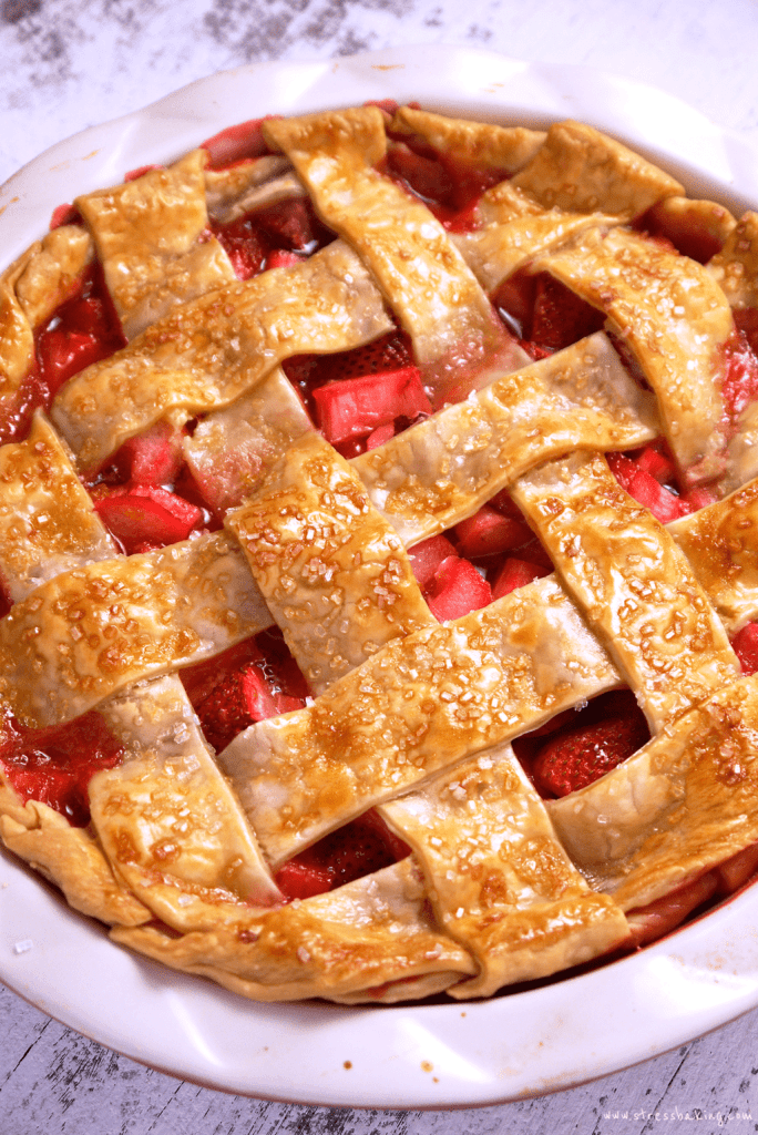 Strawberry Rhubarb Pie: Sweet strawberries combine with tart rhubarb for a perfectly balanced, juicy fruit pie! | stressbaking.com
