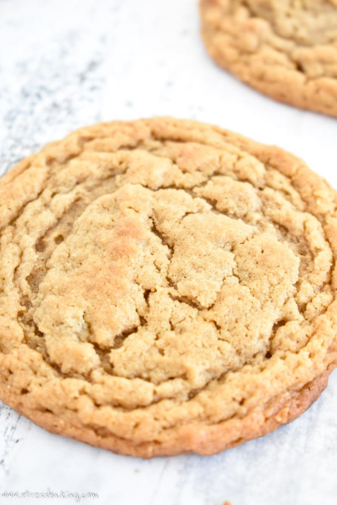 Fluffernutter Cookies: The classic New England fluffernutter sandwich is turned into a cookie! Thin, chewy peanut butter cookies are filled with swirls of marshmallow fluff. | stressbaking.com