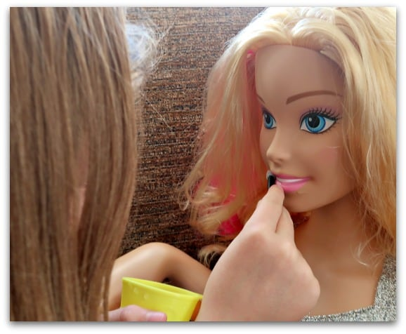 Using ice cold water and warm water you can change the lip and nail colour of the Barbie Flip and Reveal Deluxe Styling Head