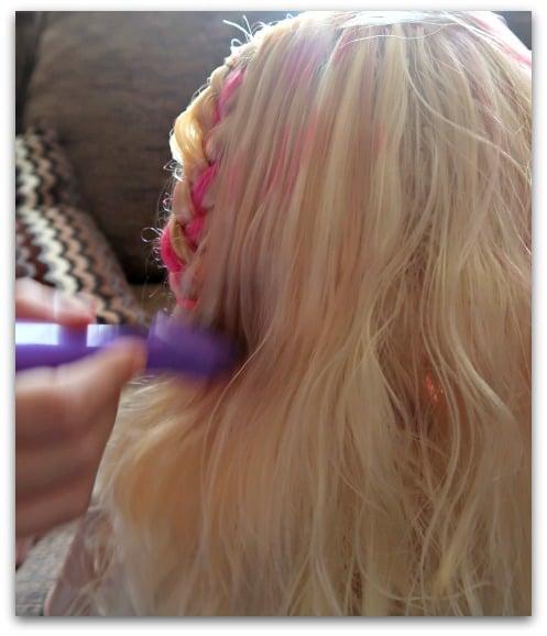 Your mini hairdresser can make realistic highlights using the brush and marker pen included with the Barbie Flip and Reveal Deluxe Styling Head