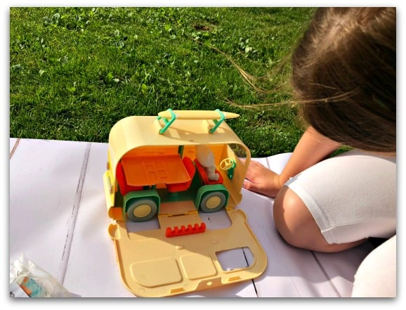 The Fuzzikins Campervan Carry Case is one of those toys that needs no batteries and can be played with straight away