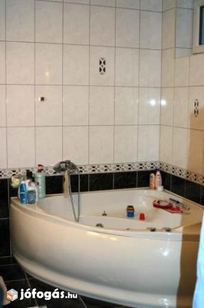 Ez egy családi ház fürdőszobája.  A sarokkád alapján nagy a fürdőszoba. Zsúfoltsági szint: magas Pakolási idő: min. 1 óra