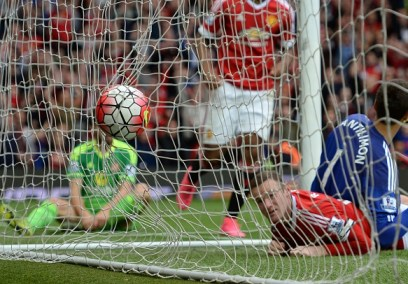 Manchester United's English striker Wayne Rooney (2nd R) watches the ball hit the back of the Sunderland net as he scores their second goal during the English Premier League football match between Manchester United and Sunderland at Old Trafford in Manchester, north west England, on September 26, 2015. AFP PHOTO / OLI SCARFF RESTRICTED TO EDITORIAL USE. No use with unauthorized audio, video, data, fixture lists, club/league logos or 'live' services. Online in-match use limited to 75 images, no video emulation. No use in betting, games or single club/league/player publications. (Photo credit should read OLI SCARFF/AFP/Getty Images)