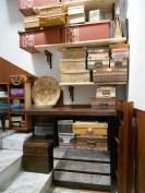 Il laboratorio di mamma Kita allestito sulle scale.
