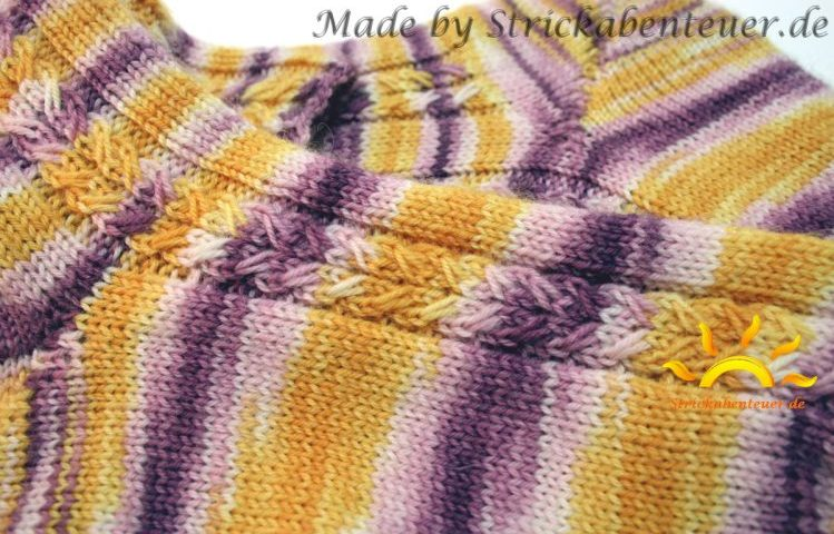 gestrickte Socken Muster Hebemaschenzöpfe handgefärbte Wolle von Tausendschön Superfruit Strickabenteuer.de