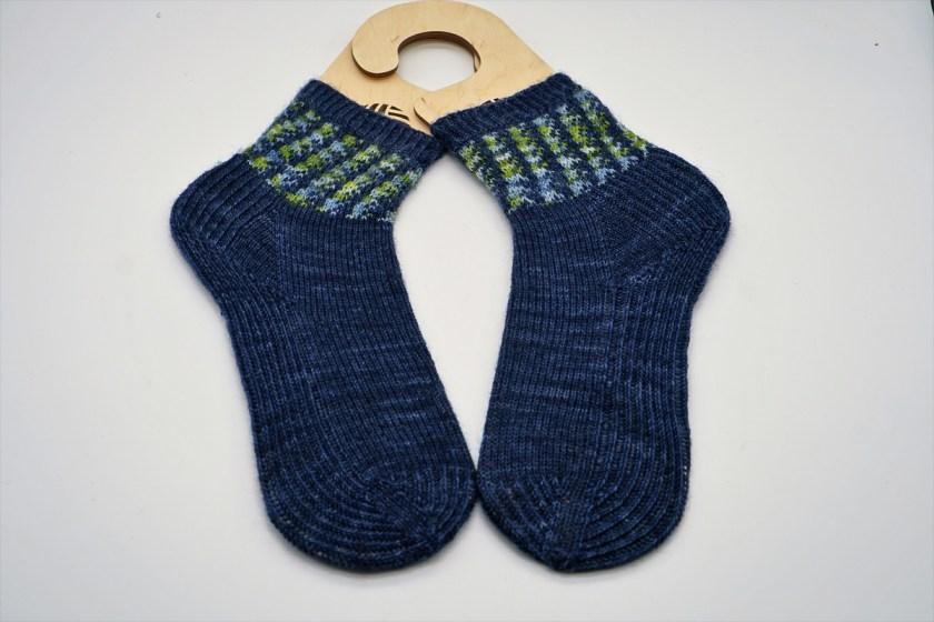 Socken stricken, handgestrickt in Jaquardtechnik, Stricksocken zweifarbig in dunkelblau, von strickabenteuer.de