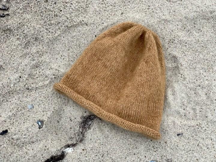 Viggas Rullehue med mohair oppefra på stranden