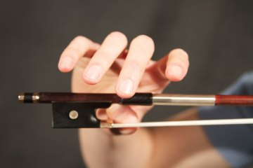 violin and viola bow hold hand shape example 3
