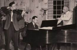 Gordon, left, with pianist Irwin Hoffman and conductor Serge Koussevitzky, rehearsing the Mendelssohn at Tanglewood