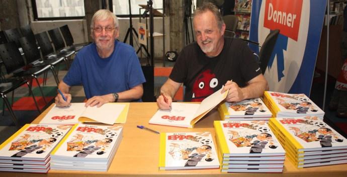 Martin Lodewijk (links) en Ger Apeldoorn signeren het boek 'De Jaren Eppo'. Foto: Alex Odijk