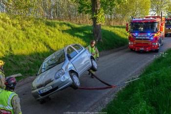 Singelolycka i Fyledalen, Högestad, bil som voltat och ligger på taket,1 person förd till sjukhus.
