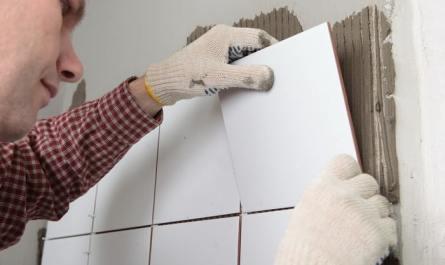как приклеить плитку в ванной на стену если она отвалилась