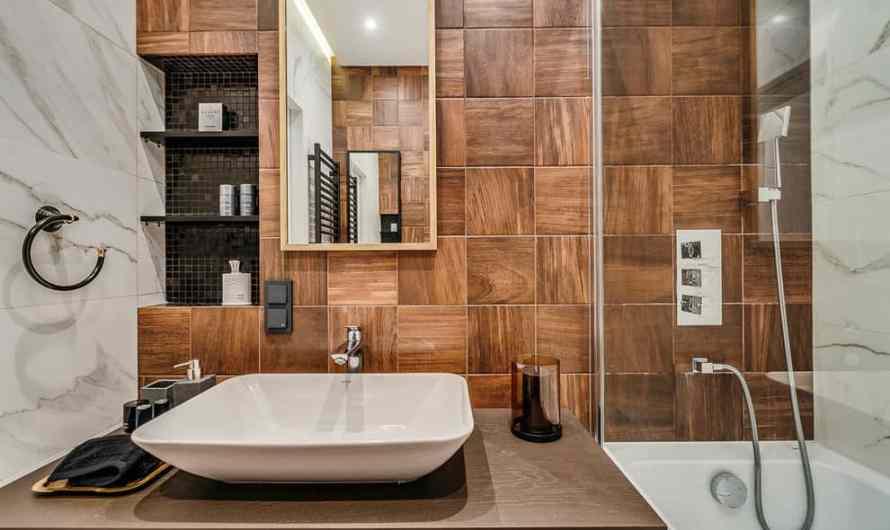 Дизайн ванной комнаты с плиткой под дерево