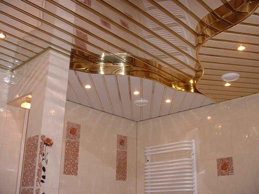 Установка зеркального потолка в ванной комнате является редким решением. Среди большинства дизайнеров и экспертов бытует мнение, что потолок должен быть матовым, не привлекать внимание, и оттенять декоративные свойства стен.