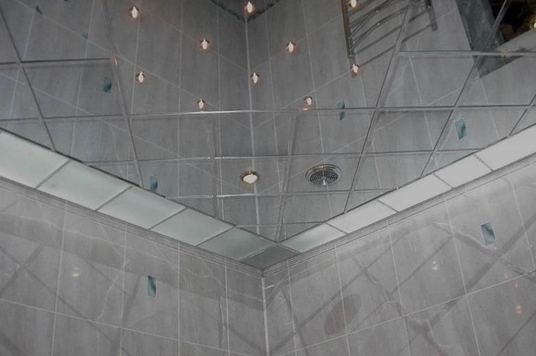 Особенности установки и эксплуатации зеркального потолка в ванной комнате