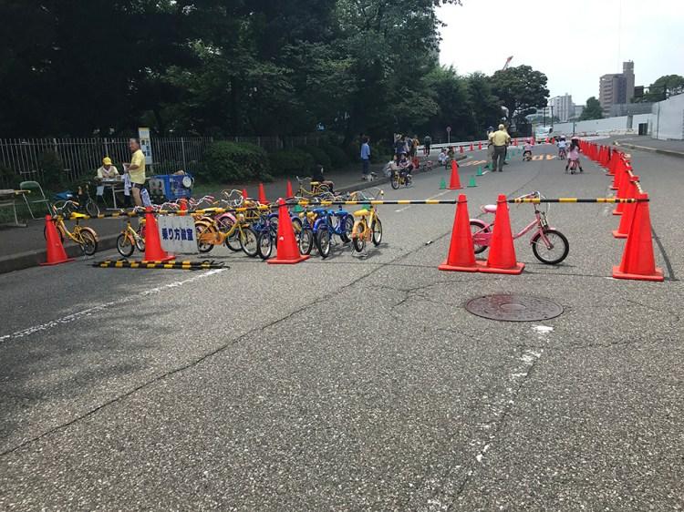 神宮外苑では色々な自転車関連の催しが。ここでは子供たちの自転車講習会。