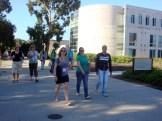 (28/8) Caminhada pelo campus até a sala de aula no prédio - Rady School of Management
