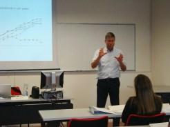 (04/jun) A primeira aula foi com o Prof. Paolo Gurisati - Pequenas e Médias Empresas Italianas - Distritos industriais e Clusters. É um professor que tem larga experiência.