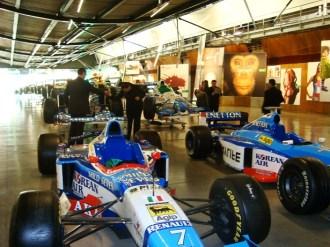 (05 jun) Na parte da tarde o grupo conheceu a famosa empresa The Benetton Group, uma empresa totalmente automatizada. Tivemos a oportunidade de conhecer a sequencia dos processos de fabricação e distribuição de roupas da Beneton, finalizando com o pátio de carros da Benetton.