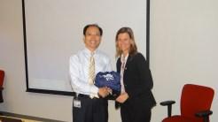 (12/11)Aluna Simone entrega Presente FGV / Strong para Diretor da Oracle - China, na Sede da Empresa em Hong Kong