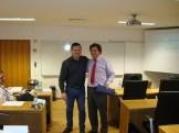 """(09/10) Entrega do brinde ao Prof. Rui Ferreira ao final da aula de """"O sistema financeiro no contexto português/ europeu."""