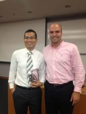 (12-11) Luciano Guedes e o professor Zhang ao final da aula.