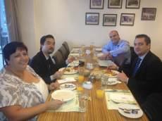 (13-11) O grupo se encontra para o café da manhã.