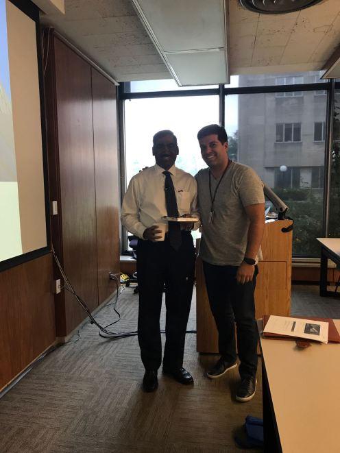 Aluno Tiago Peroba agradecendo o Prof. Cherian George