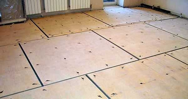 Αυτό μοιάζει με ένα παλιό ξύλινο πάτωμα που προετοιμάζεται για Laminate Laying